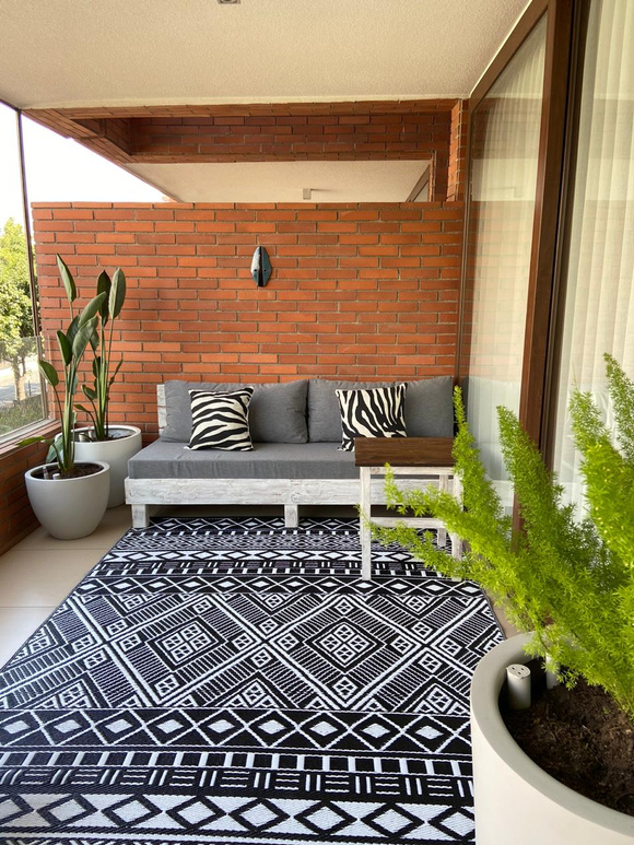 Terraza de dormitorio: Sofá de 3 cuerpos y plantas