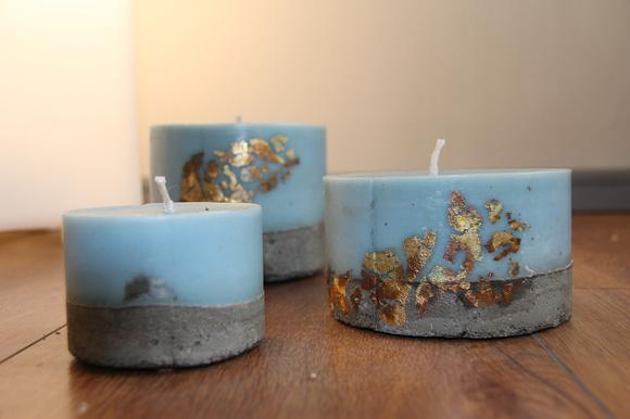 Set de 3 velas azules con decoración dorada y hormigón