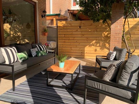 Terraza de fierro con sofá de 3 cuerpos, 2 sitiales y mesa