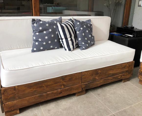 Sofá tipo baúl de madera de pallets reciclados a medida