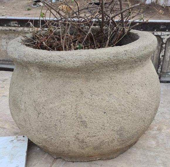 Macetero de concreto tipo tinaja de 48 x 48 cm.