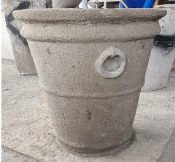 Macetero de concreto cónico con relieve de 69 x 60 cm.