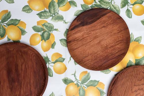 Mantel de hule lavable en colores veraniegos - platos y mantel de madera.jpg