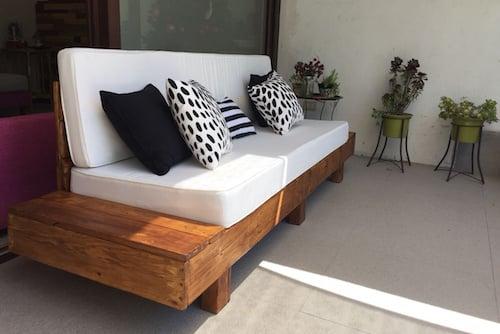 Sillón de pallet de 3 cuerpos con mesas laterales con cojines - sillon de madera con mesa lateral de .jpg