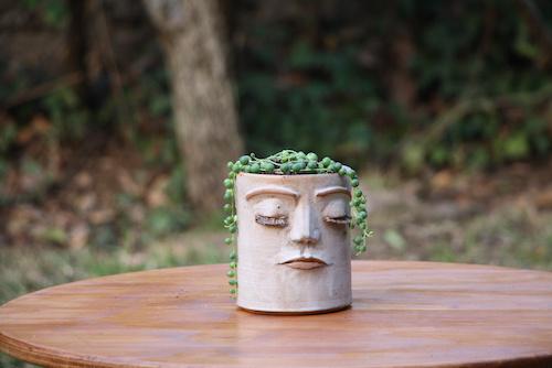 Macetero de cerámica de gres con cara S - maceteros de ceramica de gres con cara y plantas5.JPG