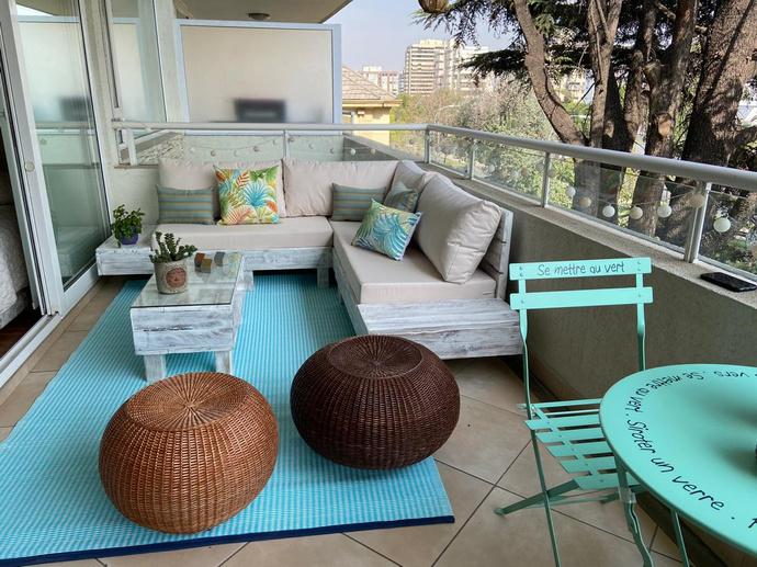 Sofá en L con mesas laterales + comedor para 2 personas - terraza completa matrimonio joven.jpg