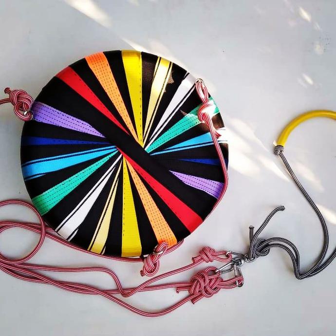 Columpio para grandes y chicos - columpio de neumatico reciclado varios colores con negro.jpeg