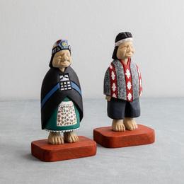 Pareja mapuche tallada en madera