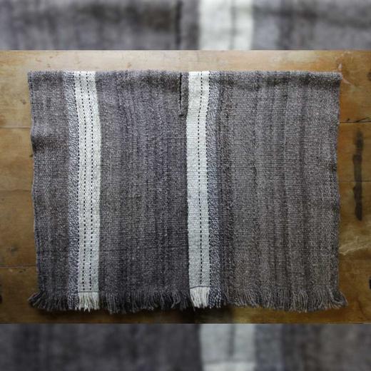 Poncho de lana de oveja tejido en telar mapuche